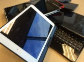 tablet leżący na biurku